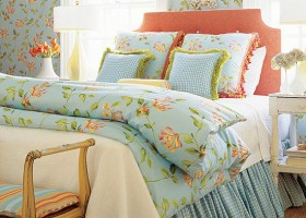 0-Provence-style-bedroom-interior-design-blue-bed-linen-floral-pattern-wallpaper