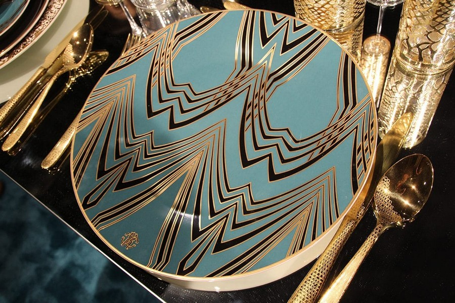 1-2-Roberto-Cavalli-Home-Luxury-Tableware-luxury-tableware-kitchen-table-settings-design-at-Maison-and-&-Objet-2017-Exhibition-trade-fair-Paris-blue-and-gold-plate