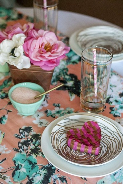 10-beautiful-romantic-table-setting-for-Valentine's-Day-ideas-heart-shaped-box-flowers
