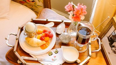 11-beautiful-romantic-table-setting-for-Valentine's-Day-ideas-breakfast-in-bed-tray