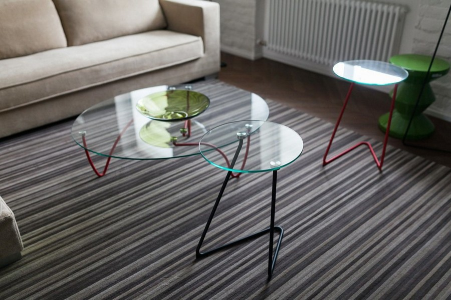 11-minimalist-style-interior-design-apartment-contemporary-glass-coffee-table-metal-legs-stripy-rug-carpet