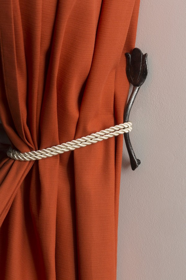 12-holland-dutch-style-kitchen-decor-tulip-shaped-hand-forged-blacksmith-curtain-tie-holder
