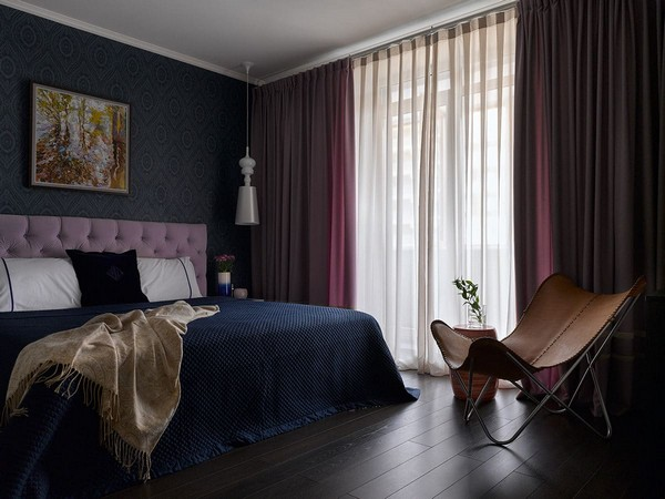 13-noble-elegant-classical-style-bedroom-interior-design-emerald-azure-blue-ochre-purple-Ralph-Lauren-bedspread-textile-lilac-capitone-headboard-O-design-wallpaper