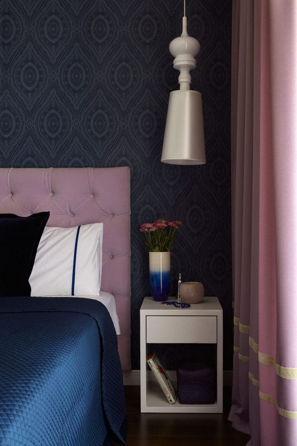 14-noble-elegant-classical-style-bedroom-interior-design-emerald-azure-blue-ochre-purple-Ralph-Lauren-bedspread-textile-lilac-capitone-headboard-O-design-wallpaper