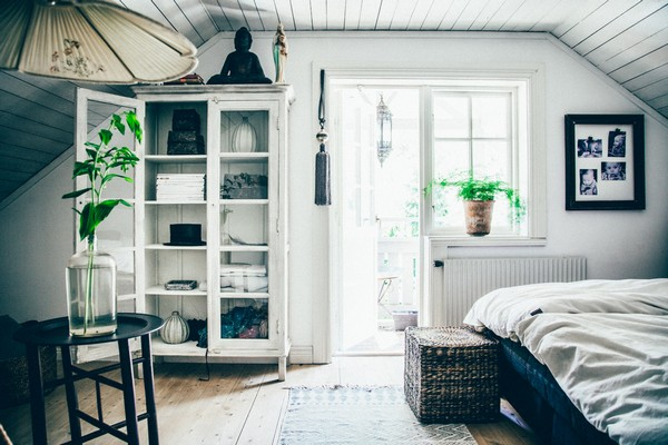15-Scandinavian-Sweden-bohemian-boho-chic-style-interior-design-bedroom-balcony-exit-white-walls-cupboard