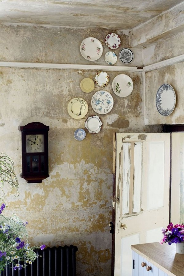 15-decorative-plate-hanging-on-wall-decor-ideas-brutal-loft-style-concrete-wall