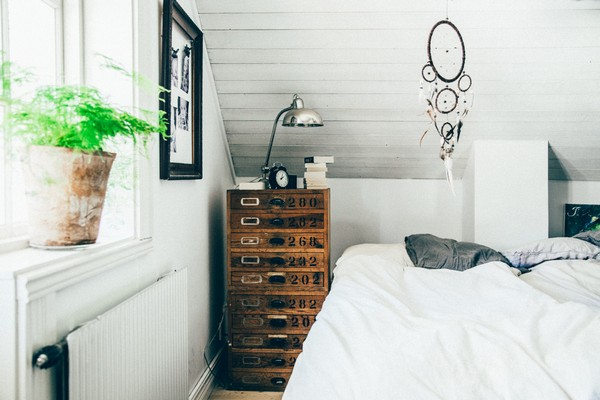 16-Scandinavian-Sweden-bohemian-boho-chic-style-interior-design-bedroom-white-walls-antique-vintage-aged-chest-of-drawers