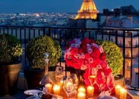 2-beautiful-romantic-table-setting-for-Valentine's-Day-ideas-candles-red-roses-Eiffel-tower