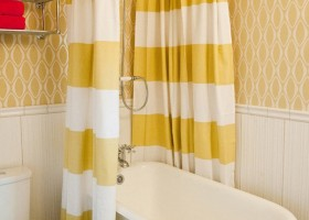 22-cheerful-pastel-white-and-yellow-bathroom-interior-design