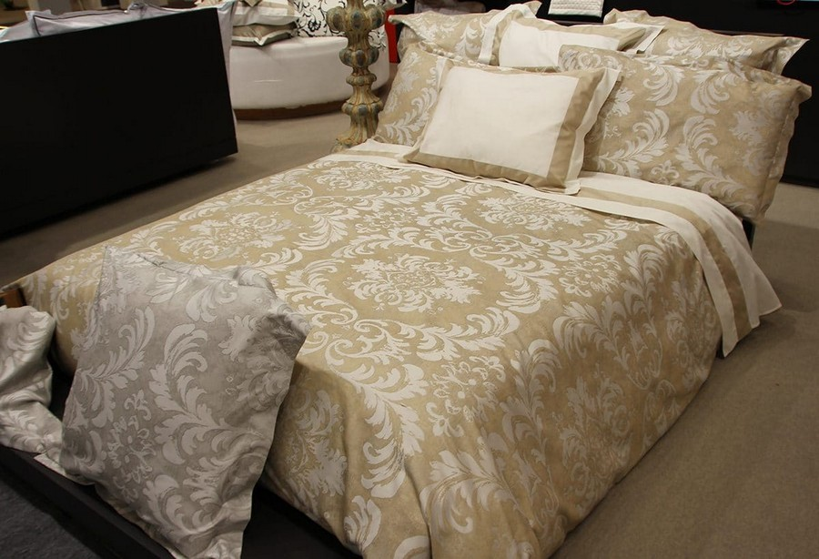 23-Signoria-Firenze-home-textile-at-Maison-&-Objet-2017-exhibition-trade-fair-beige-bed-linen-with-classical-style-pattern