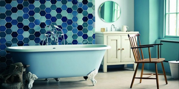 23-blue-multicolor-hexagonal-tiles-in-bathroom-interior-design-baroque-legs-bathtub