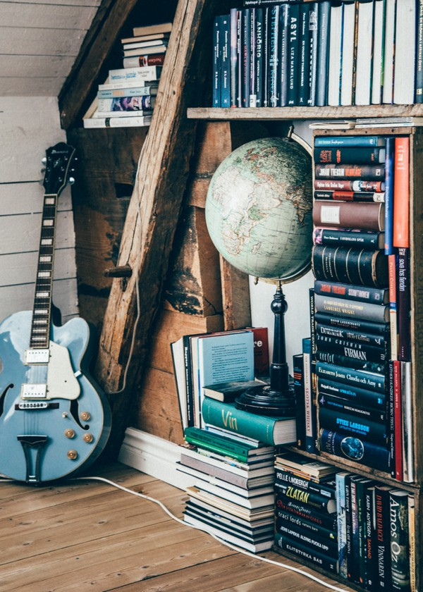 25-Scandinavian-Sweden-bohemian-boho-chic-style-interior-design-decor-guitar-vintage-globe
