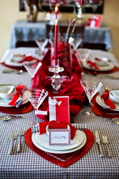 3-beautiful-romantic-table-setting-for-Valentine's-Day-ideas-red-and-white-post-cards-hearts