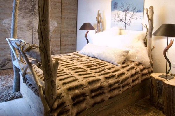 3-chalet-style-wooden-house-bedroom-wooden-designer-bed-log-bedside-tables-fluffy-fur-pillows