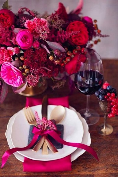 4-beautiful-romantic-table-setting-for-Valentine's-Day-ideas-wine-red-fuchsia-color-gorgeous
