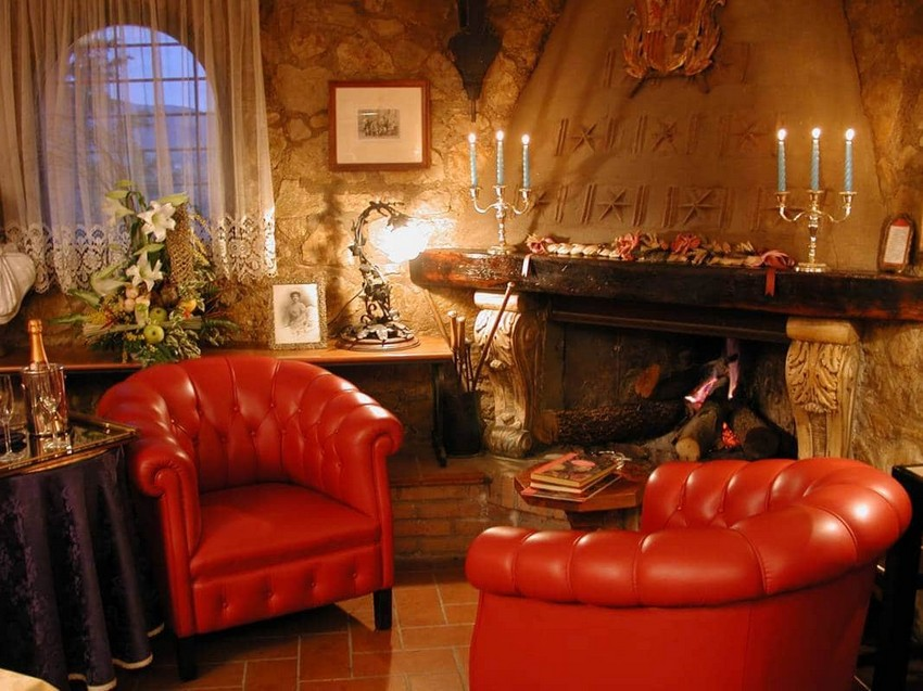 5-Solo-Per-Due-smallest-Italian-restaurant-only-for-two-people-Italy-festive-romantic-dinner-setting-candles-fireplace-decor-leather-arm-chairs