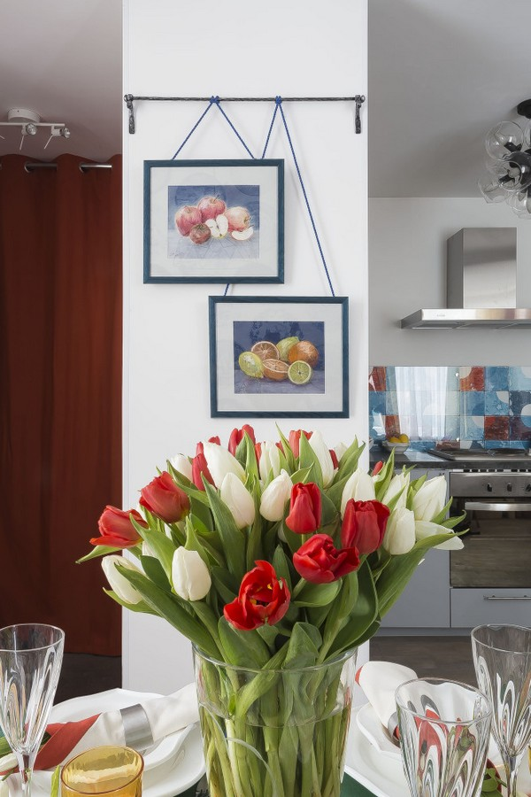 7-holland-dutch-style-kitchen-dining-room-interior-design-table-setting-tulips-bouquet-in-vase-fruit-painting-diptych-rod