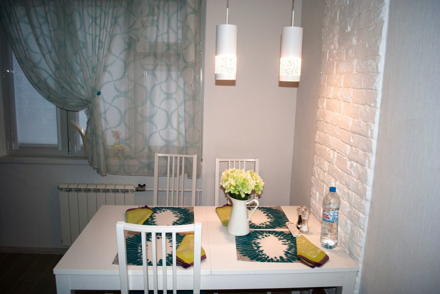 8-aqua-marine-blue-and-white-kitchen-interior-design-faux-brick-wall-dining-table-pendant-lamps-napkins-table-setting