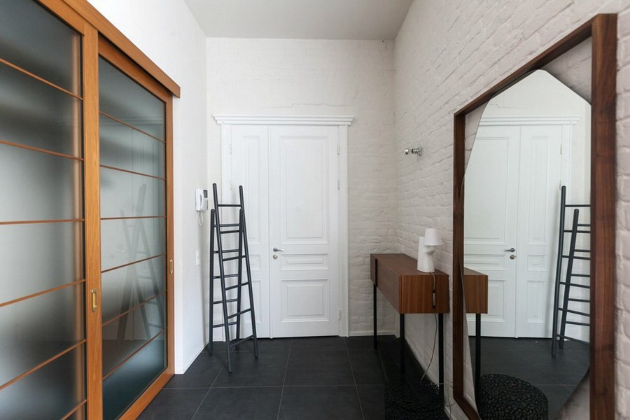 8-minimalist-style-interior-design-apartment-entry-room-white-brick-walls-big-mirror-ladder-wardrobe