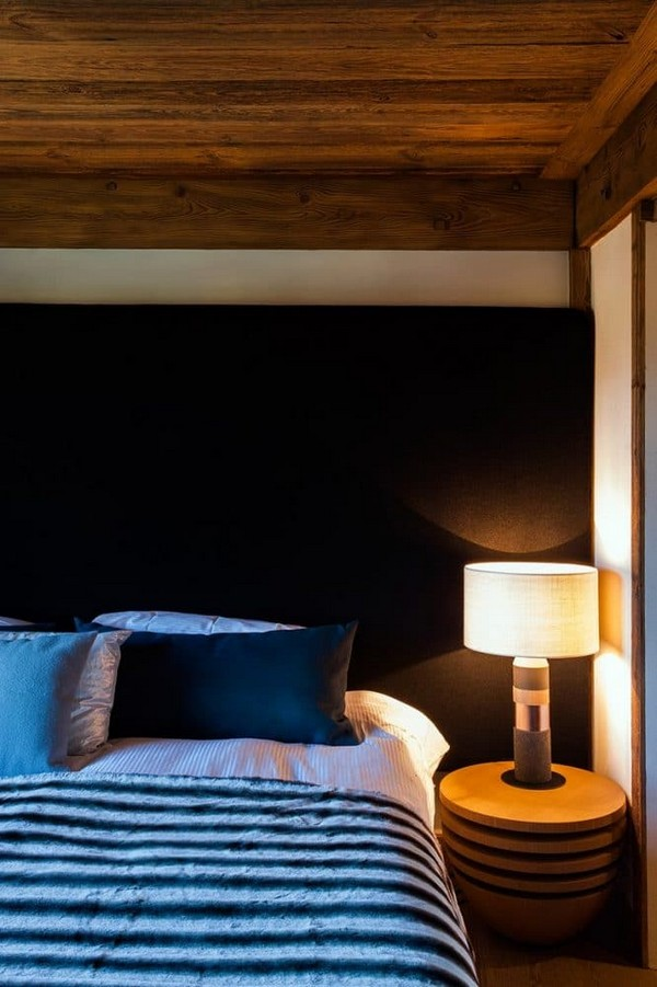 9-total-wooden-chalet-style-apartment-bedroom-interior-design-stripy-bedspread-bedside-table-lamp