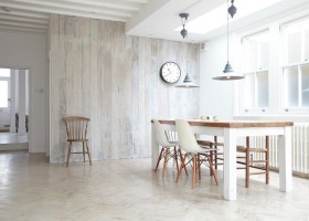 0-naturalistic-dining-room-interior-design-wooden-wall-boards-parquet-floor-table-chairs-white-and-beige-pendant-lamps