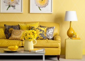 00-Primrose-Yellow-color-pantone-2017-in-interior-design-living-room-desk-lamp-flowers-sofa-wall-artwork