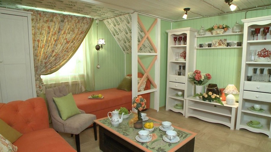 Cozy provence style living room in mint and coral home for Sleeping room decoration