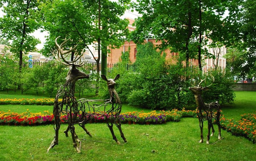 1-Vadim-Kuleshov-Russian-sculptor-metal-garden-sculpture-forged-art-deer