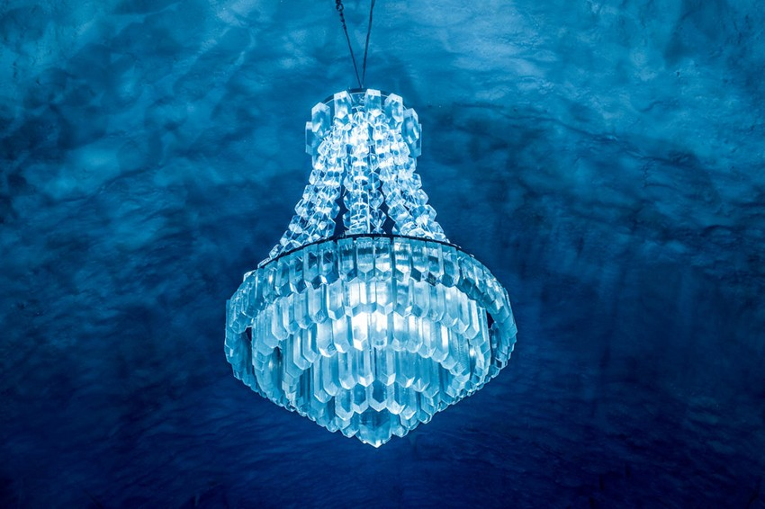 1-icehotel-sweden-cold-ice-room-interior-design-crystal-chandelier-hand-carved-ice-figures