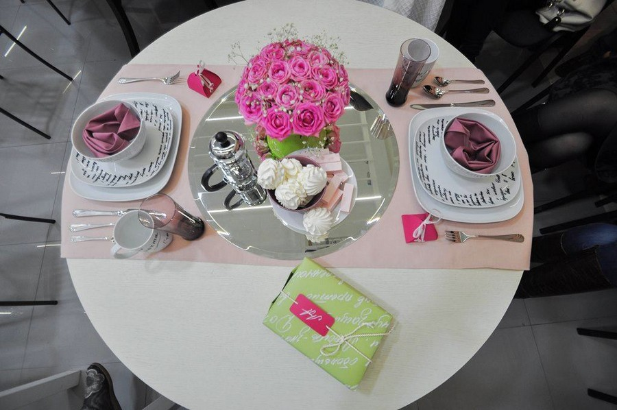 10-how-to-decorate-table-setting-for-Valentine's-Day-creative-ideas-DIY-workshop-tableware-marshmallow-pale-pink-and-green-folded-heart-napkin-roses-mirror