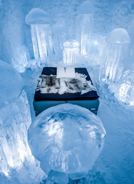 14-icehotel-sweden-cold-ice-room-interior-design-hydro-smack-jellyfish-hand-carved-ice-figures