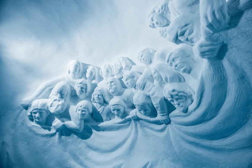 16-icehotel-sweden-cold-ice-room-interior-design-curious-people-faces-hand-carved-ice-figures
