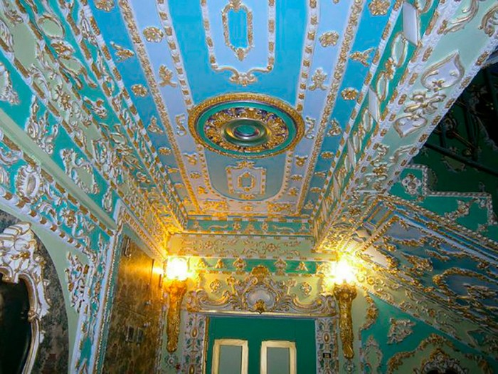 2-Rococo-style-common-stair-design-Kyiv-portraits-plaster-moldings-gold-plated-wall-decor-ceiling