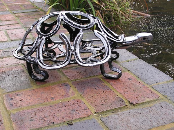 22-tortoise-forgen-metal-garden-sculptures-art-from-horseshoes-by-Tom-Hill-England