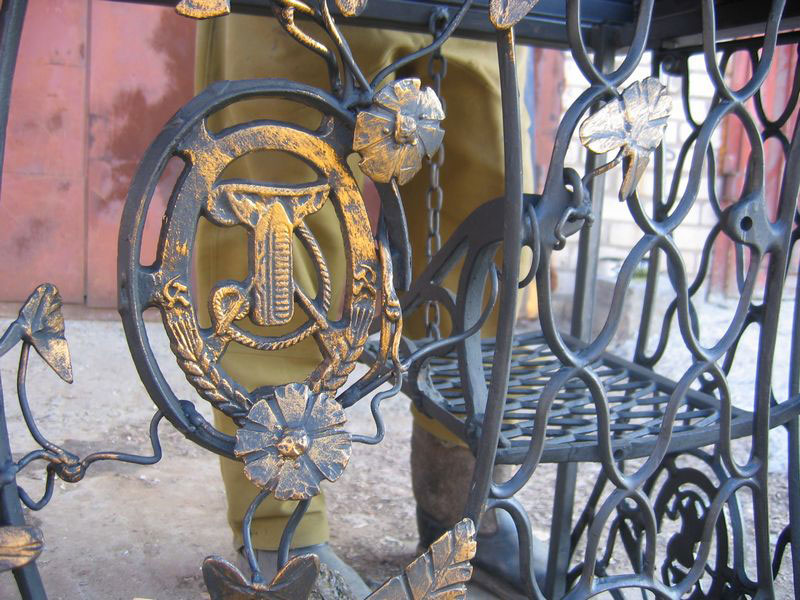 4-handmade-welded-fire-pit-grill-brazier-garden-from-old-vintage-treadle-sewing-machine-Singer-re-use-make-ideas-lattice-flowers-floral-pattern-metal
