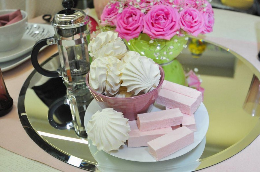 5-1-how-to-decorate-table-setting-for-Valentine's-Day-creative-ideas-DIY-workshop-mirror-tray-glass-kettle-roses-pink-and-white-marshmallow-flower-composition