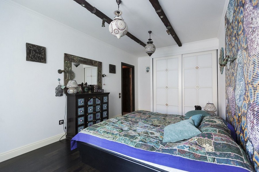 5-3-ethnical-motives-oriental-mosaic-tiles-headboard-lamps-mirror-curtains-ceiling-beams-chest-of-drawers-built-in-wardrobe-mirror
