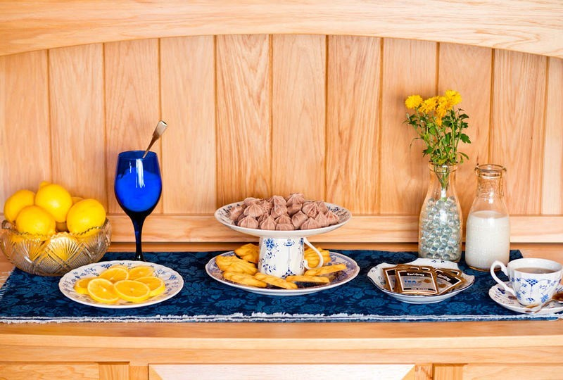 6-DIY-handmade-fruit-bowl-mini-dessert-cake-stand-from-old-cups-and-bowls-dishes-blue-and-white-beautiful-table-setting-oranges-flowers-wine-glass