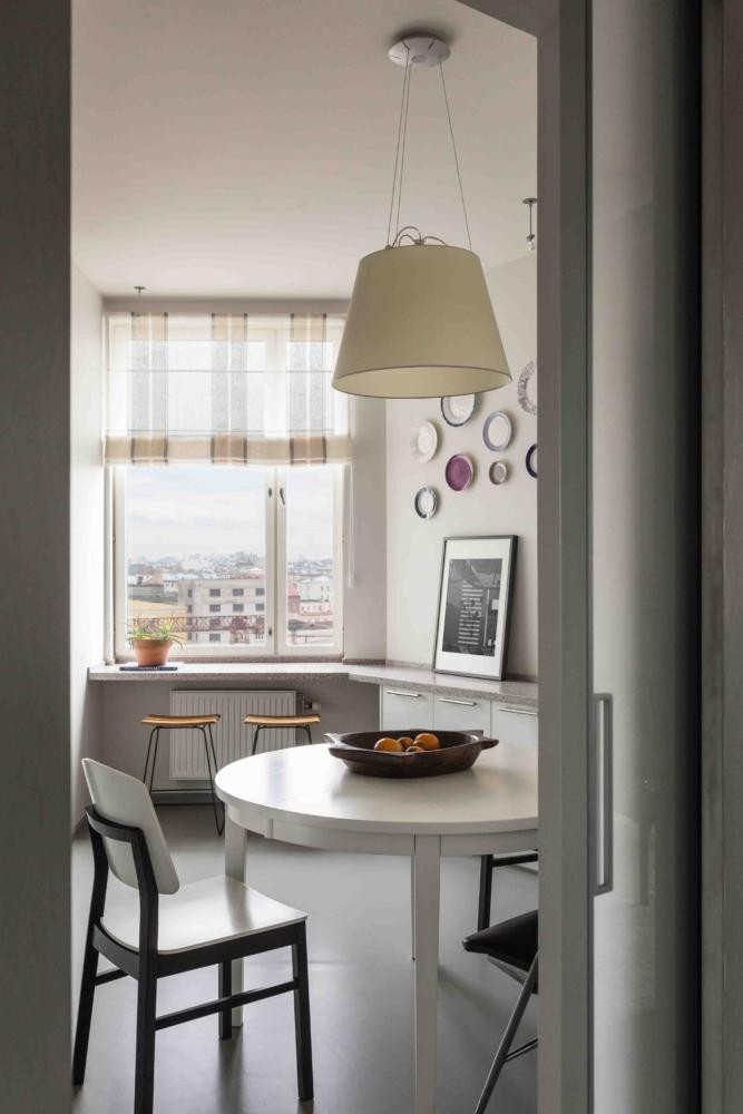 7-contemporary-Scandinavian-style-kitchen-interior-design-gray-beige-white-base-cabinets-stone-worktop-round-dining-table-chairs-folding-windowsill-decorative-wall-plates-traditional-pendant-lamp-roman-blinds