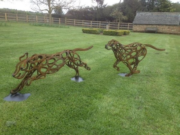 7-dog-fox-hounds-forgen-metal-garden-sculptures-art-from-horseshoes-by-Tom-Hill-England