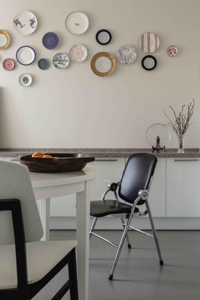 8-contemporary-Scandinavian-style-kitchen-interior-design-gray-beige-white-base-cabinets-stone-worktop-round-dining-table-chairs-folding-decorative-wall-plates