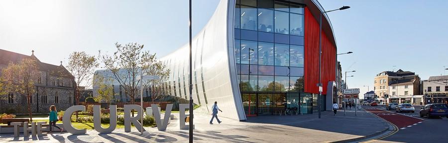 1-0-the-Curve-cultural-centre-Slough-England-Bblur-Architecture-exterior-creative-modern-architecture-public-libary-exhibition-halls
