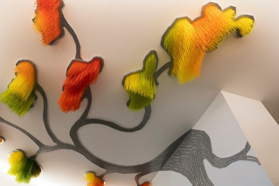 1-Sous-le-grand-arbre-racine-feuille-et-fleur-by-Elisabeth-Picard-CHSLD-Quebec-Canada-lobby-interior-tree-shaped-art-installation-ceiling-decor-gradient-ombre-effect-plastic-metal-aluminum-LED-lights-green-yellow-orange