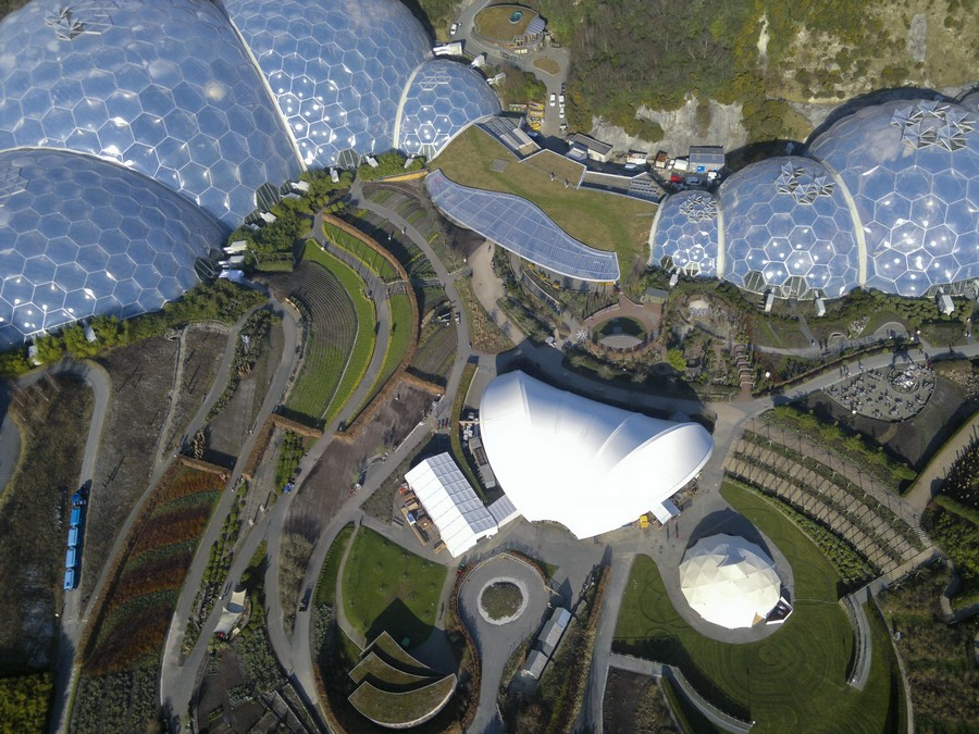 1-biomimicry-in-modern-architecture-the-Eden-Project-in-Cornwall-England-botanical-garden-greenhouse-hothouse