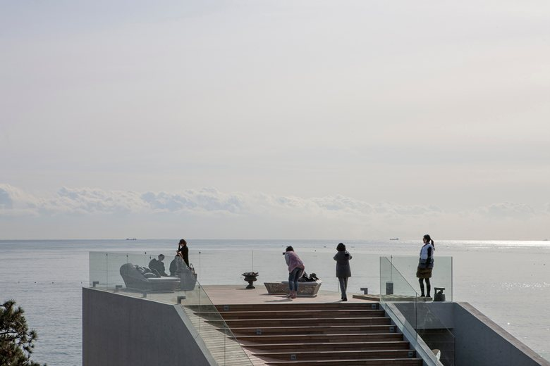 10-coastal-seaside-cafe-in-South-Korea-sea-view-restaurant-viewing-platform-panorama-glass-stair-railings-open-roof