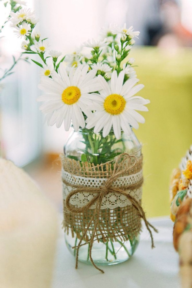 10-spring-home-decor-decoration-ideas-flowers-chamomiles-white-jar-sackcloth