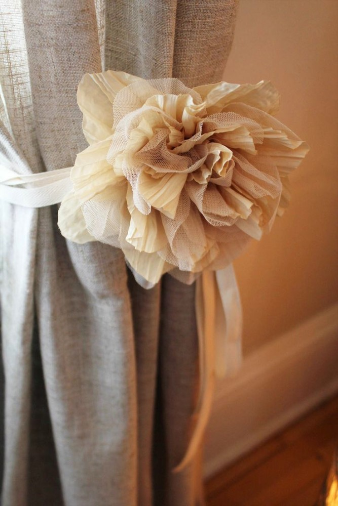 16-spring-home-decor-decoration-ideas-flowers-curtains-tieback