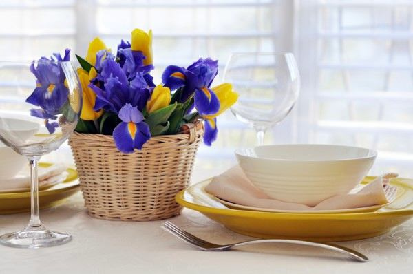 19-spring-home-decor-decoration-ideas-flowers-in-woven-basket-yellow-and-purple-table-setting