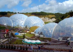2-biomimicry-in-modern-architecture-the-Eden-Project-in-Cornwall-England-botanical-garden-greenhouse-hothouse