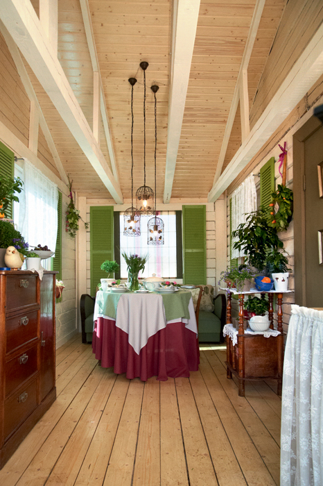 Cozy italian style veranda design with a small kitchen for Olive green dining room ideas